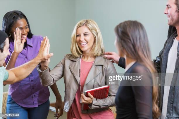 女性の同僚からハイファイブを取得