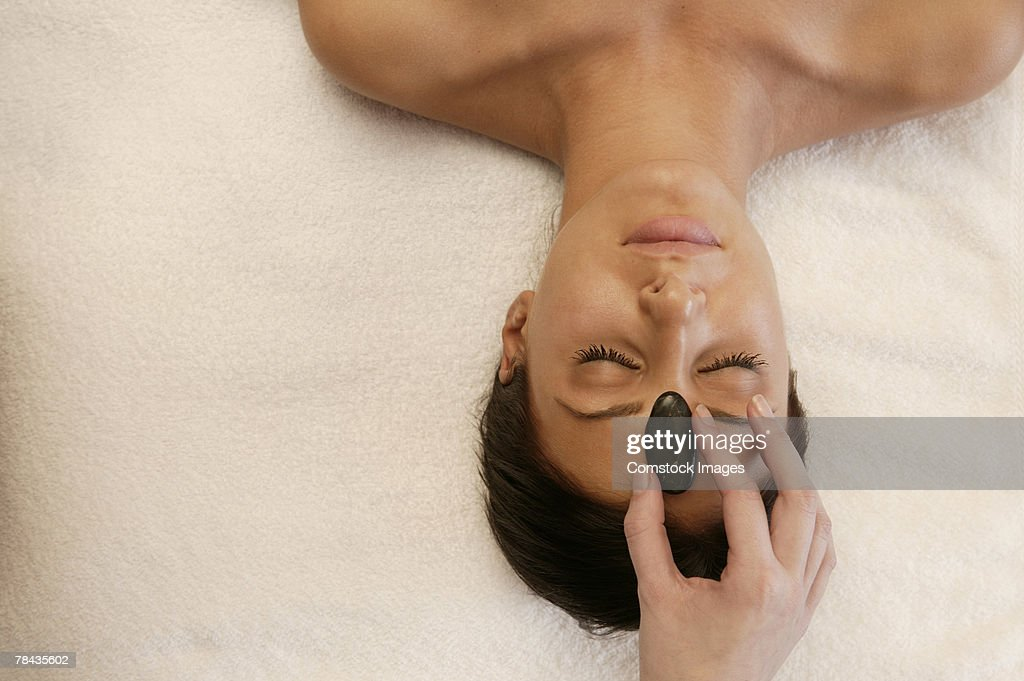 Woman getting hot stone massage : Stockfoto
