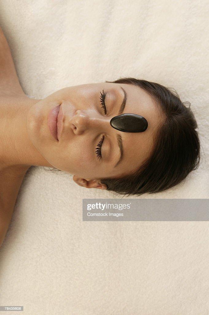 Woman getting hot stone massage : Stockfoto