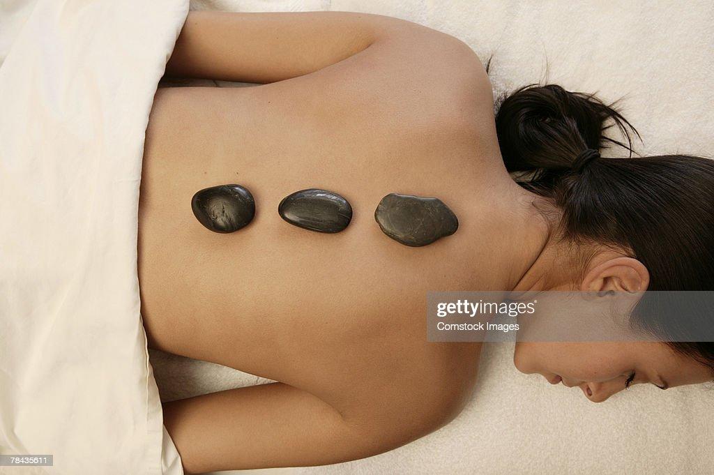 Woman getting hot stone massage : Foto de stock