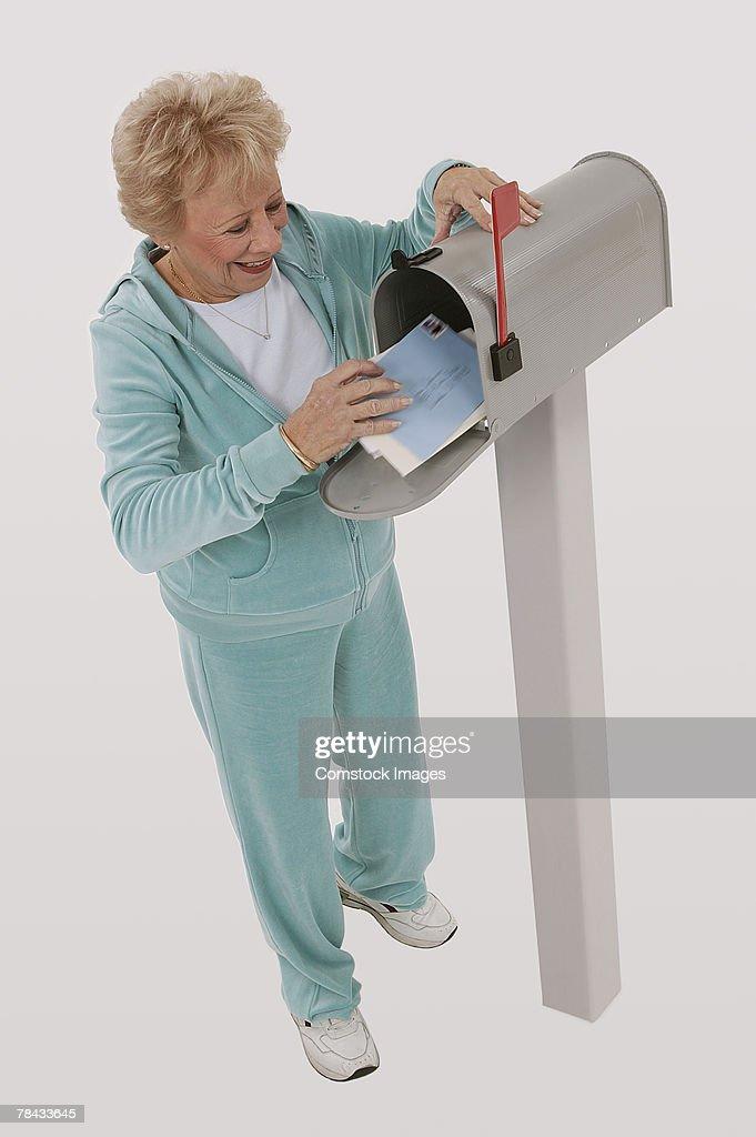 Woman getting mail : Stockfoto