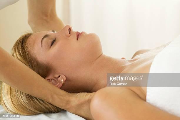 woman getting massage - massaggio sensuale foto e immagini stock