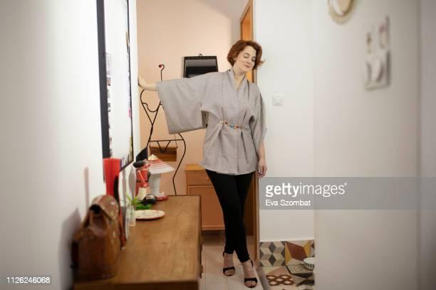 woman getting ready before going out - hoge hakken stockfoto's en -beelden
