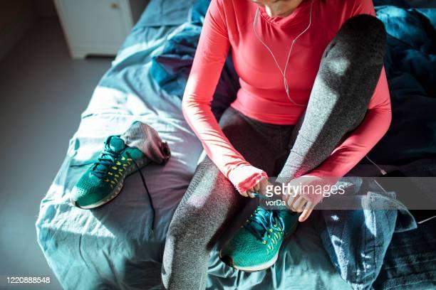 woman getting ready for a workout - roupa desportiva imagens e fotografias de stock