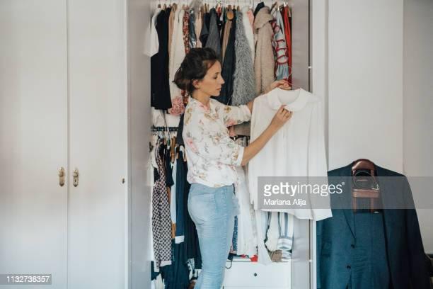woman getting ready for work - vestido fotografías e imágenes de stock