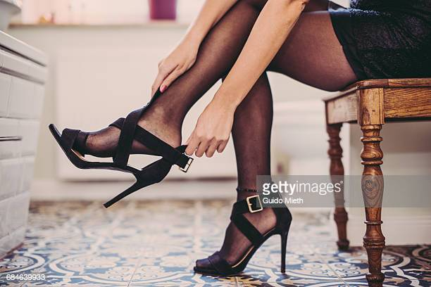 woman getting ready to party. - hoge hakken stockfoto's en -beelden