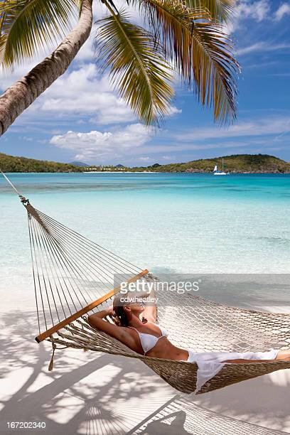 Frau Reisen der Sonne in einer Hängematte am Strand am Karibischen Meer