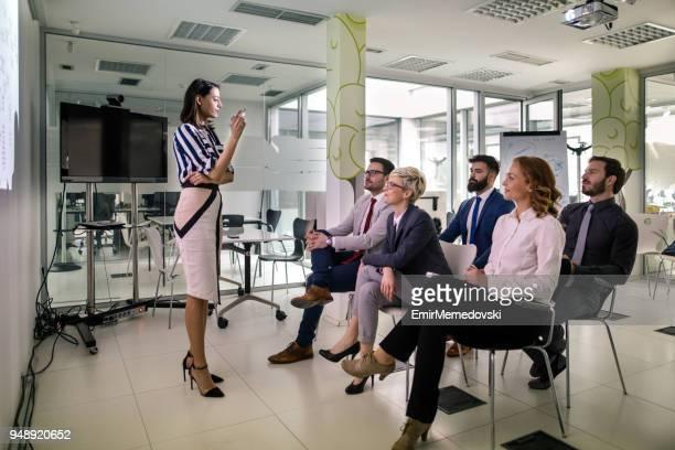 Femme qui donne une présentation de son équipe