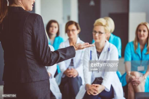 mulher dando um discurso no seminário para médicos - clínica médica - fotografias e filmes do acervo