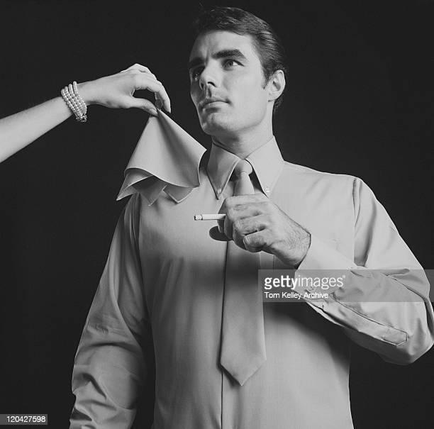 Femme donnant mouchoir pour FUMEUR