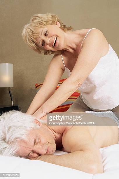 woman giving her husband a back rub - massage tantrique photos et images de collection