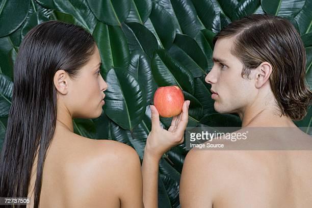 Frau, die Mann einen Apfel