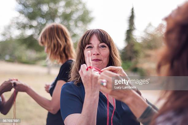 woman 'giving the finger' and smiling - opstand stockfoto's en -beelden