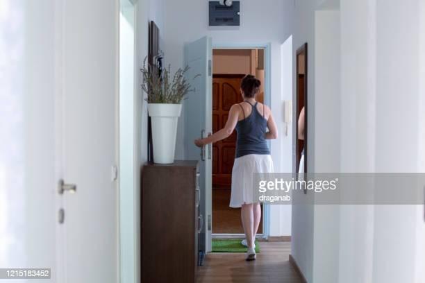 mulher saindo - vão de porta - fotografias e filmes do acervo