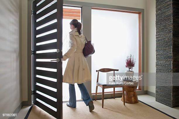woman going to work - leaving stockfoto's en -beelden