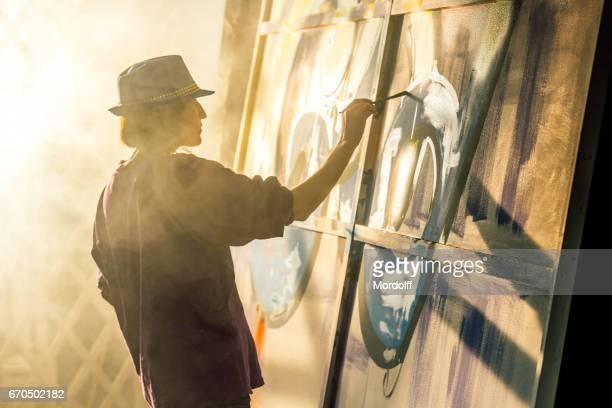 Vrouw graffitikunstenaar loopt