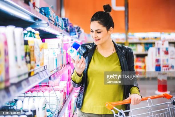 compra dos mantimentos da mulher - só uma mulher de idade mediana - fotografias e filmes do acervo