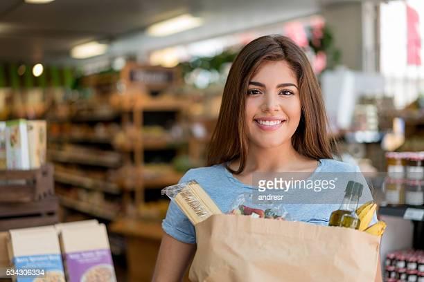 Donna shopping dispensa