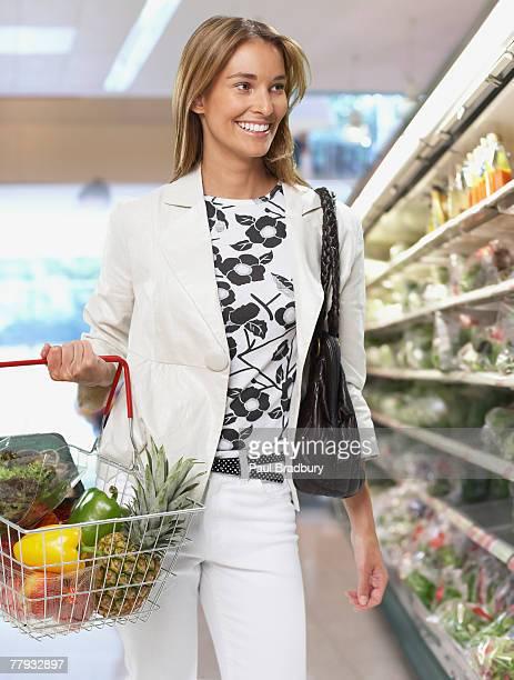 Mujer compra de comestibles