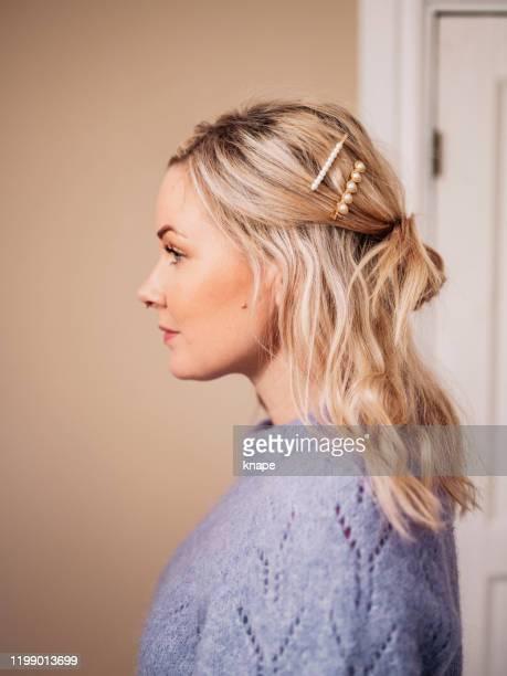 acconciatura donna con accessori per capelli moderni - accessorio per capelli foto e immagini stock