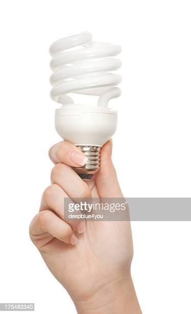 Frau hand holding Energiespar- und Lampe auf Weiß