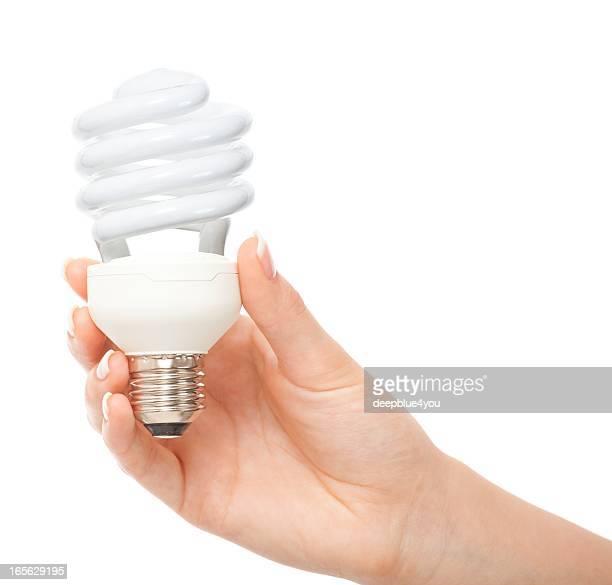 Frau hand halten Glühbirne auf Weiß