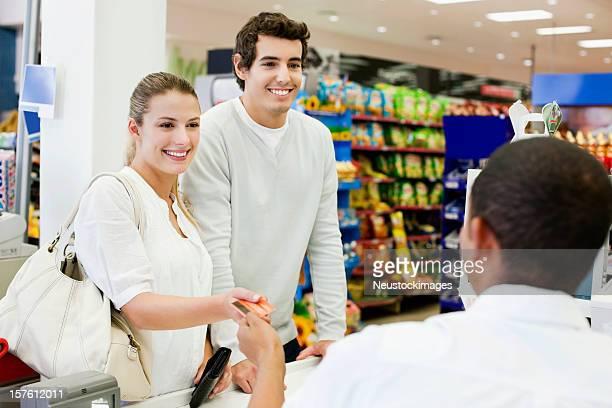 Frau Ausführender Kreditkarte für Kassierer für die Zahlung