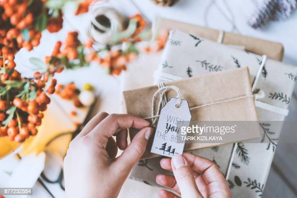 woman hands gift wrapping christmas presents - gift card imagens e fotografias de stock