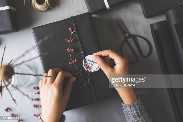 Frau Hände Geschenkpapier Weihnachten präsentiert