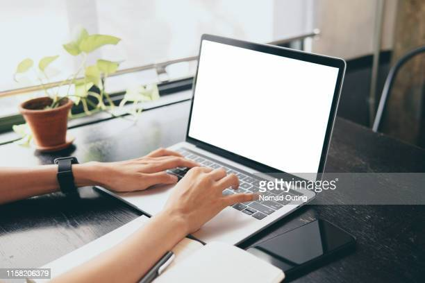 woman hands working with blank screen laptop computer template.hands at work concept. - beeldscherm stockfoto's en -beelden