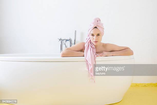 Femme ayant une salle de bains