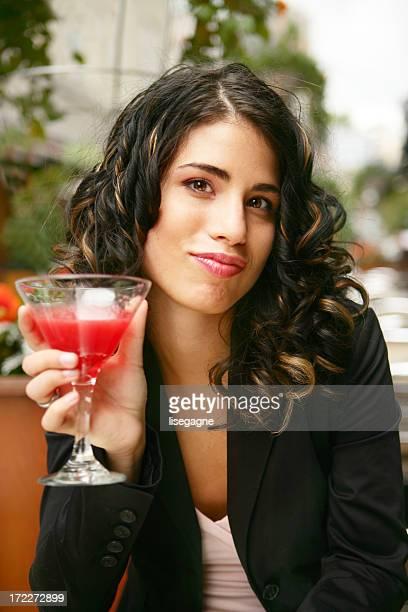 Femme prenant un verre