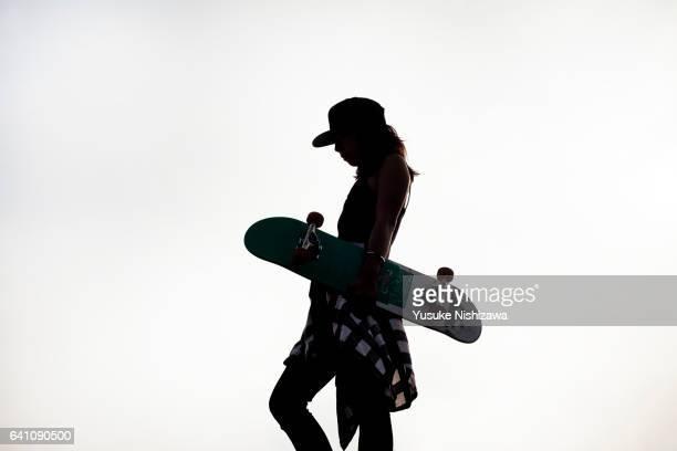 woman having a skateboard - yusuke nishizawa stock pictures, royalty-free photos & images
