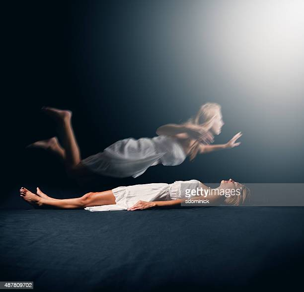 woman having a spiritual experience - dead female bodies stockfoto's en -beelden