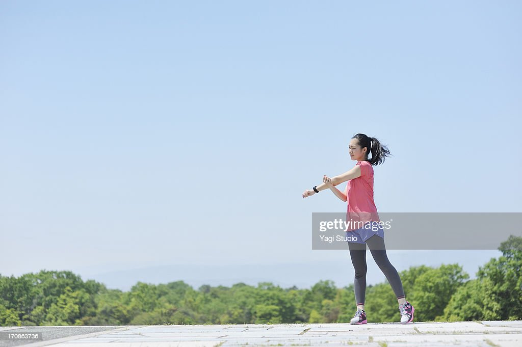 Woman having a warm-up for a run. : ストックフォト