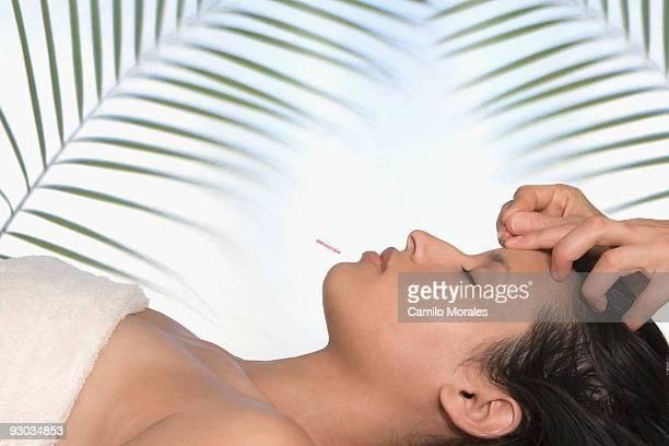 woman having acupuncture therapy on her face - druckpunkt stock-fotos und bilder