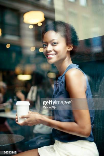コーヒーをしてもらう女性