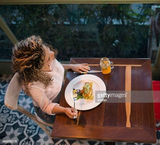 Mujer teniendo una cena en un restaurante.