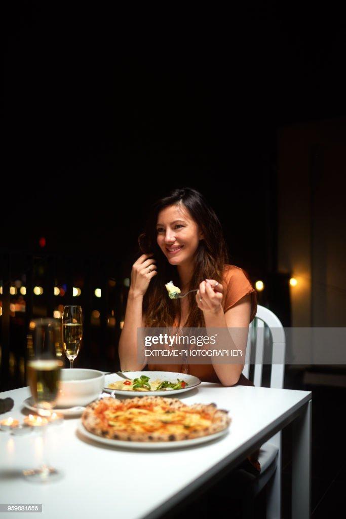 Frau mit Abendessen : Stock-Foto