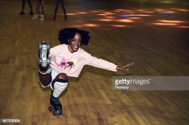 woman having fun at roller disco - sorriso aberto - fotografias e filmes do acervo