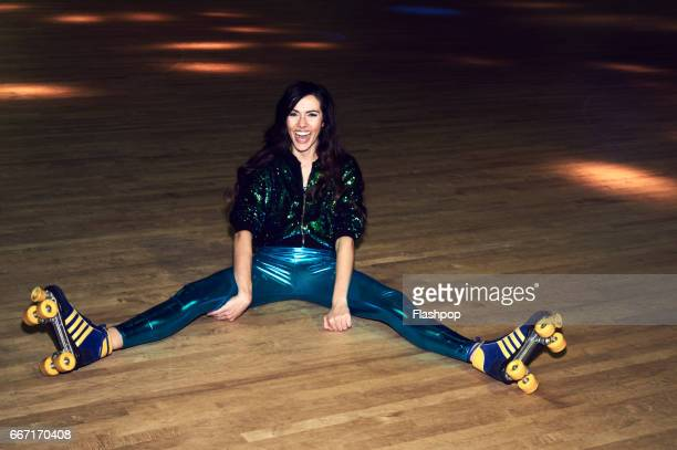 woman having fun at roller disco - benen gespreid stockfoto's en -beelden