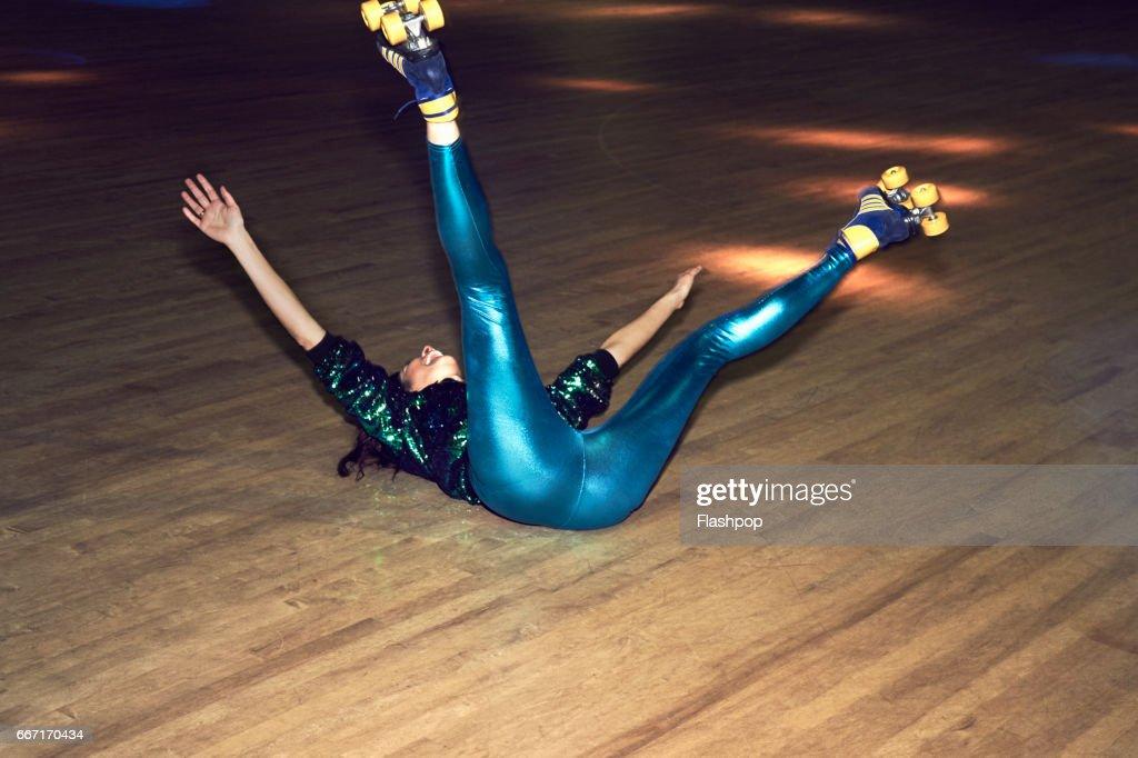 Woman having fun at roller disco : Stockfoto