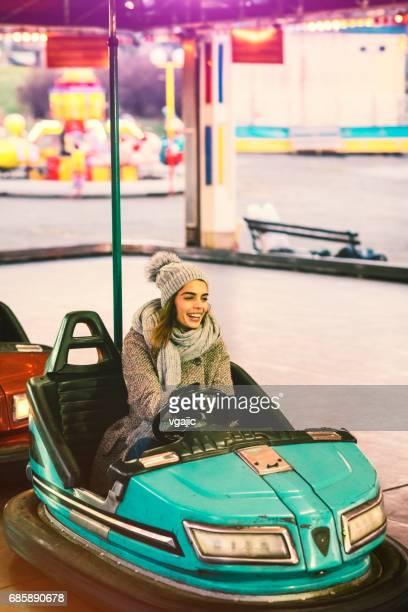 Frau mit Spaß Reiten Autoscooter