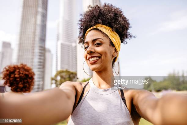 mulher que tem o divertimento que toma o selfie - fita de cabelo - fotografias e filmes do acervo
