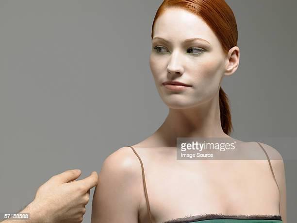 Frau mit Ihrem arm berührt
