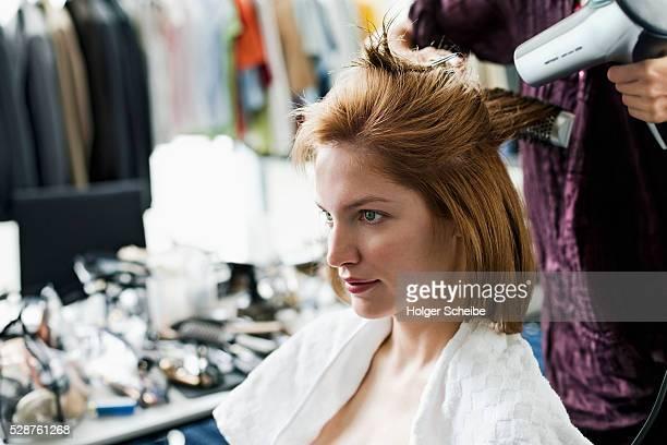 woman having her hair done - hair stylist foto e immagini stock