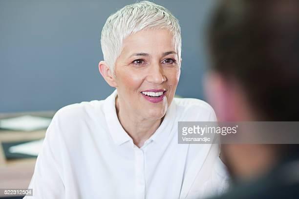 Frau, die ein Mittagessen in einem Restaurant mit Freunden