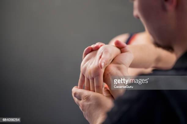 Vrouw met Myofascial Release therapie om te voorkomen dat Hand krapte