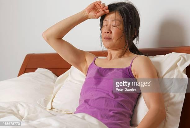 woman having night sweats - mujeres hot fotografías e imágenes de stock