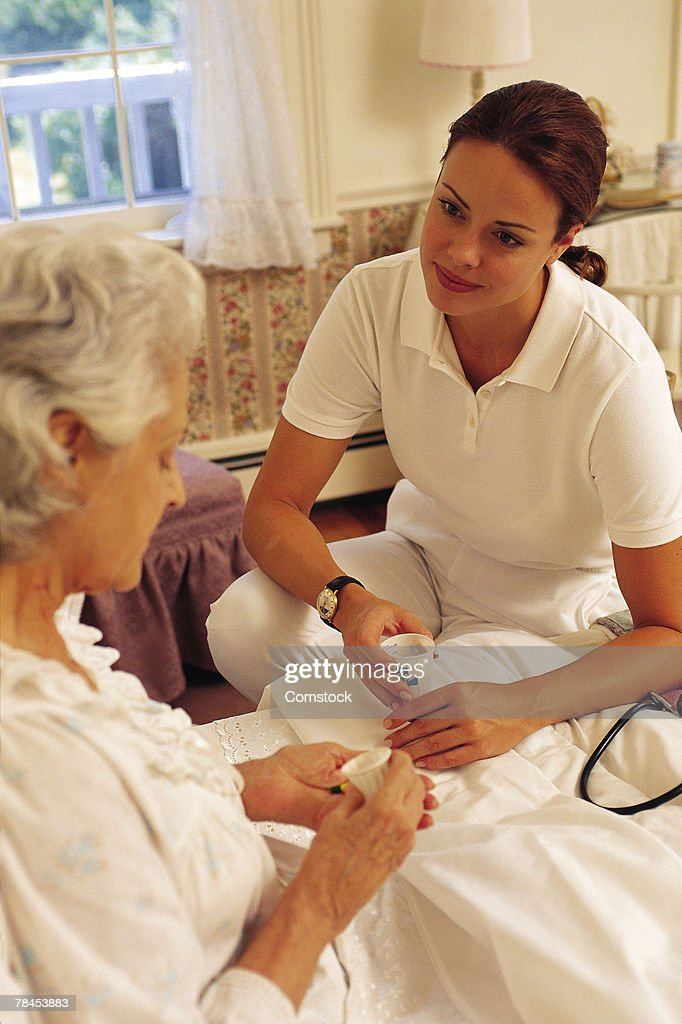 Woman healthcare practitioner with patient : Stockfoto